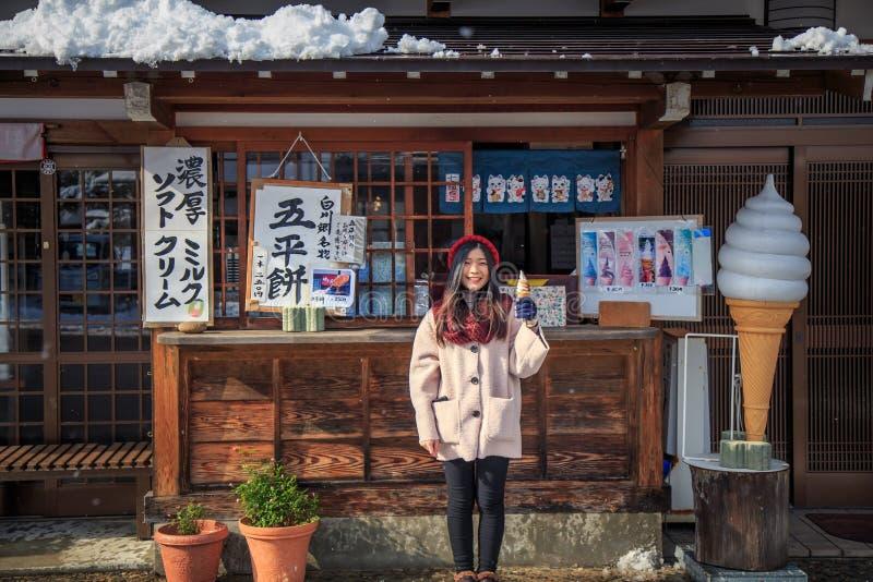 Flickan med lokal japansk glass shoppar huset i Shirakawa-ho japan arkivfoton