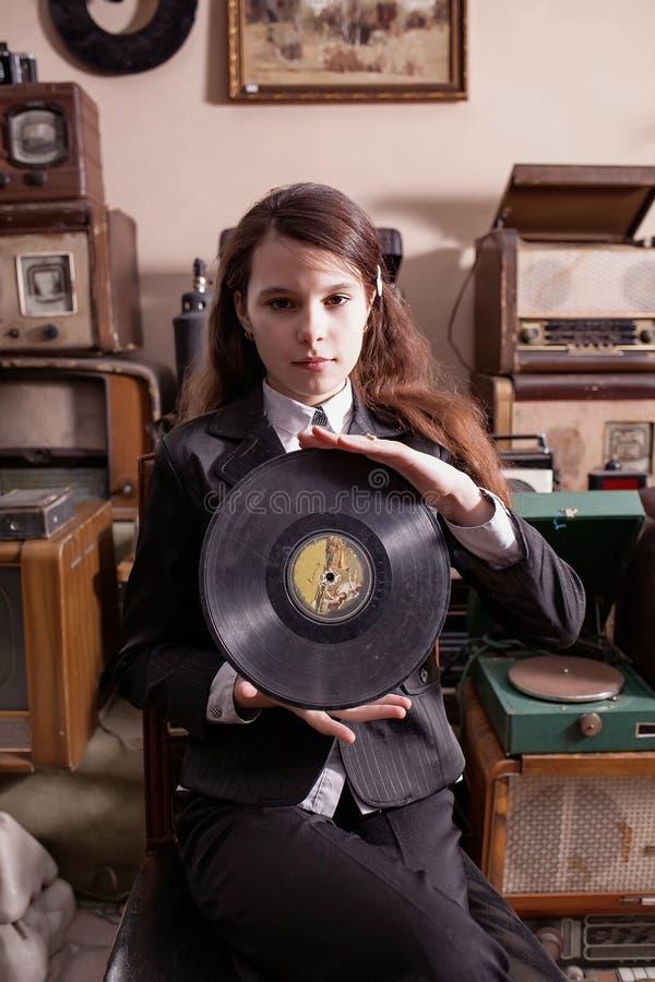 Flickan med LPrekordet i antikt shoppar fotografering för bildbyråer