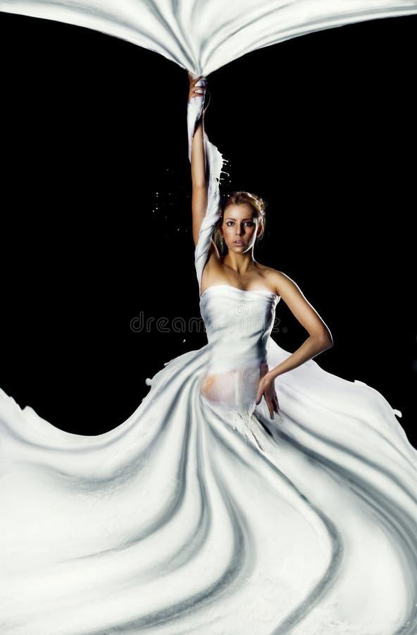 Flickan med mjölkar färgstänk royaltyfri bild