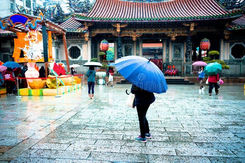 Flickan med paraplyregnnedgångar i kinesisk tempel missa öde royaltyfri foto