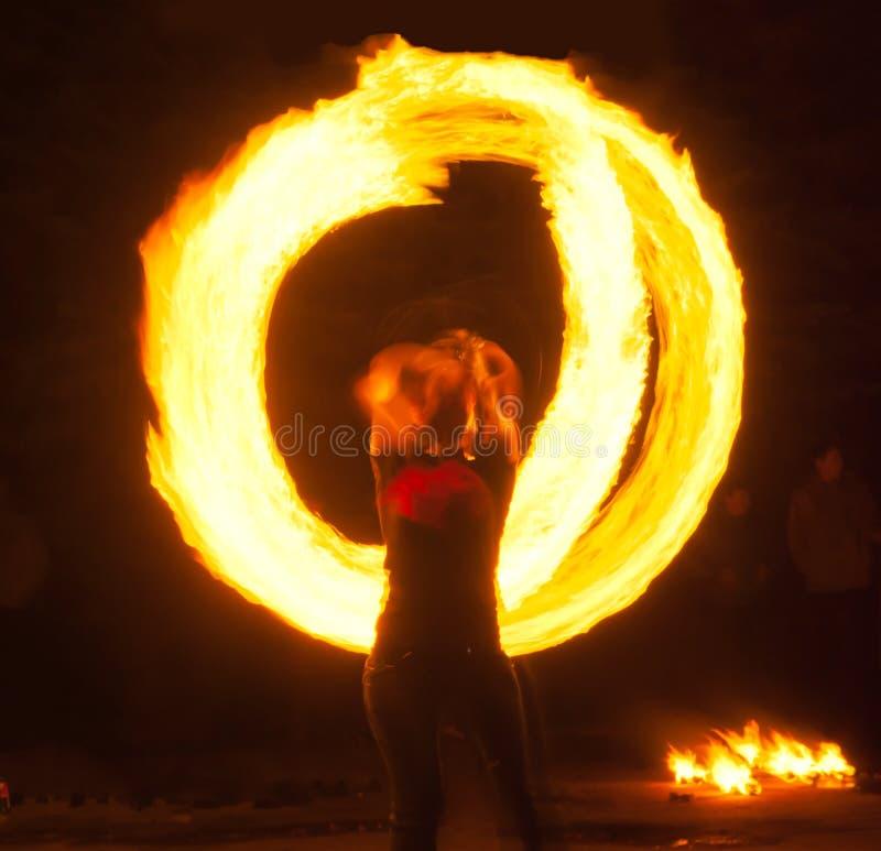 Flickan med poi utför brandcirkeln royaltyfri bild
