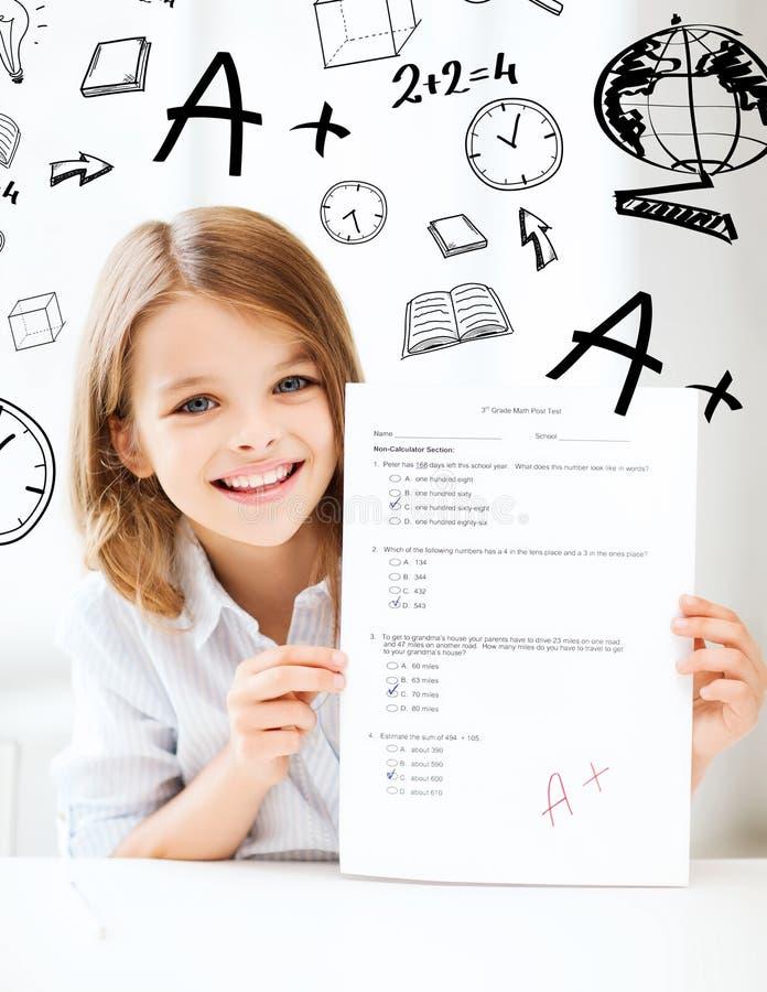 Flickan med provet och A graderar på skolan fotografering för bildbyråer