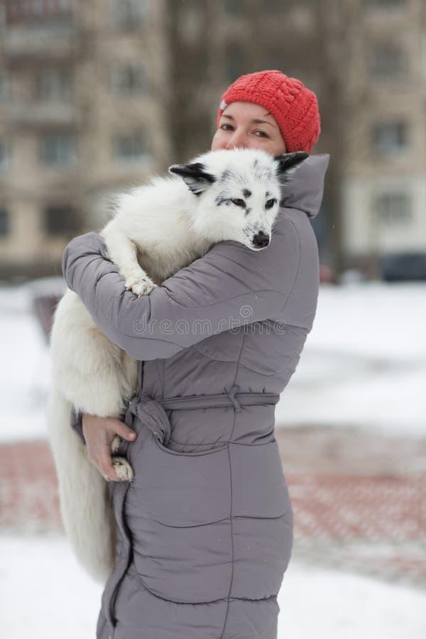Flickan med räven arkivfoto