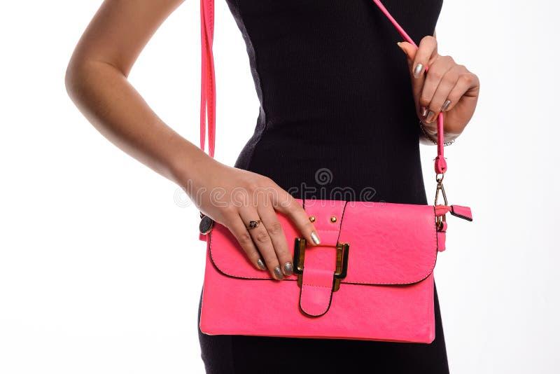 Flickan med rosa färger hänger löst i hennes handnärbild royaltyfri bild