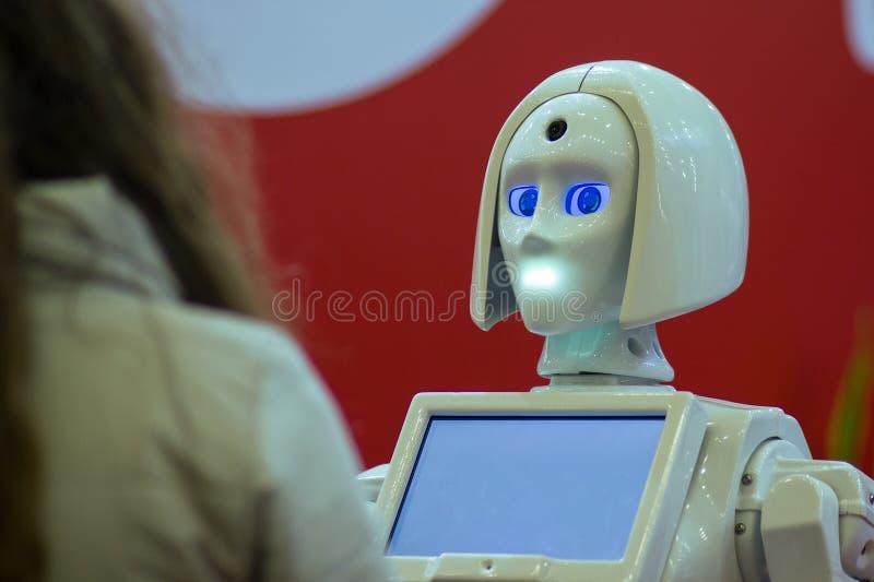 Flickan meddelar med roboten royaltyfri fotografi