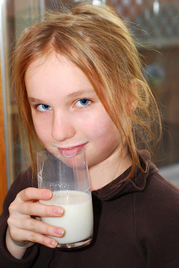flickan mjölkar arkivbilder