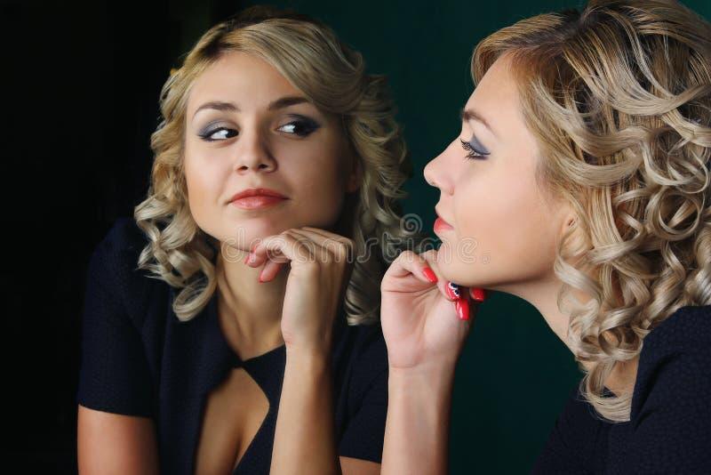 Flickan och avspeglar royaltyfria bilder