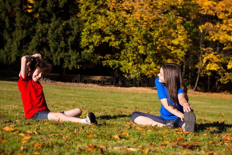 Flickan och pojken som in spelar, parkerar royaltyfri bild