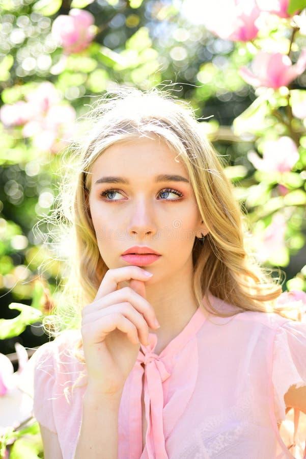 Flickan på drömlik framsida, den mjuka blonda near magnolian blommar, naturbakgrund Vårblombegrepp Damen går parkerar in på royaltyfria bilder