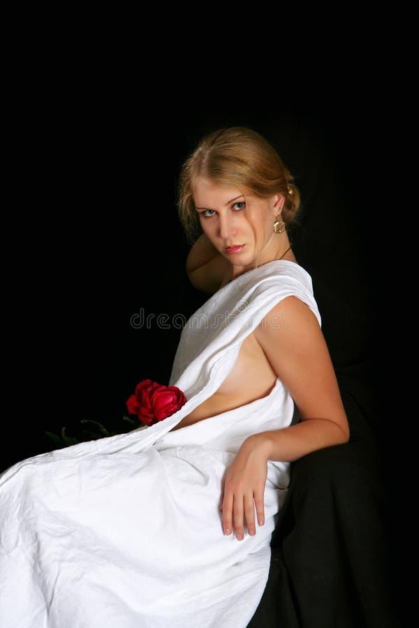 Flickan på en svart bakgrund med steg arkivbilder