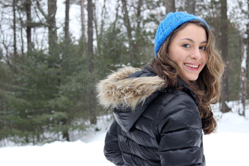 Flickan på en vinter går arkivfoton