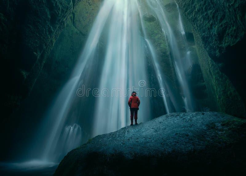 Flickan på enormt vaggar i den Gljufrabui vattenfallet på södra Island fotografering för bildbyråer