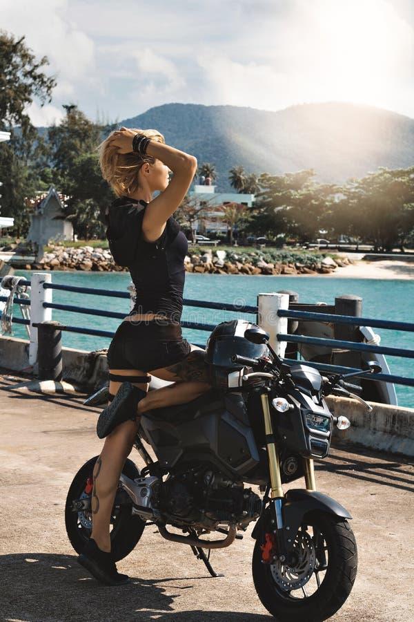 Flickan på sportar cyklar arkivbild