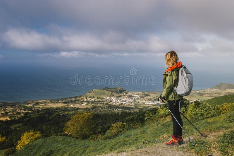 Flickan p? sp?rningen i Azoresna arkivfoton