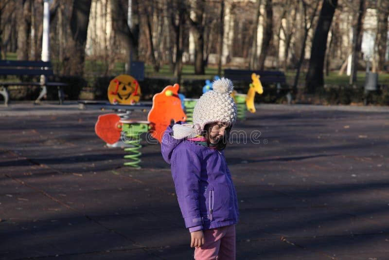 Flickan parkerar in royaltyfri bild