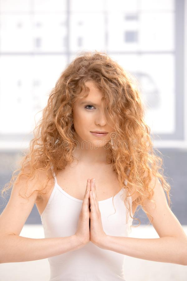 flickan poserar övande nätt yoga för bön arkivbilder