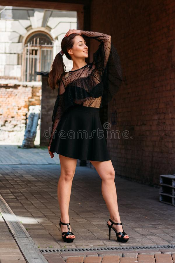 Flickan poserar, ler Emotionell stående av den stilfulla ståenden för mode av den nätta unga kvinnan stadsstående fotografering för bildbyråer