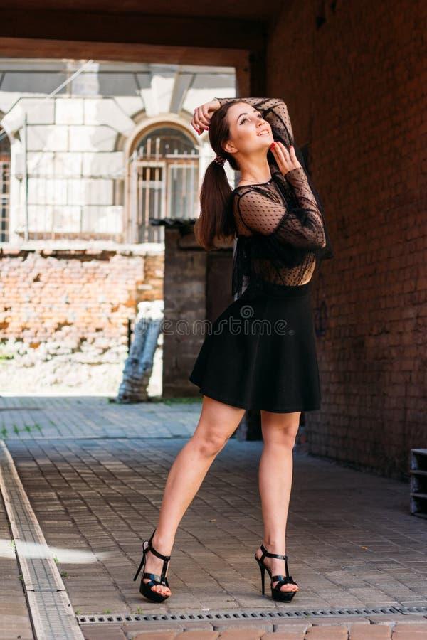 Flickan poserar, ler Emotionell stående av den stilfulla ståenden för mode av den nätta unga kvinnan stadsstående royaltyfri foto