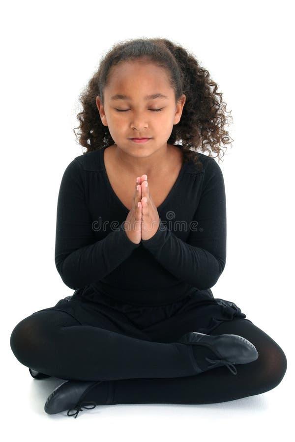 flickan poserar yoga arkivbilder
