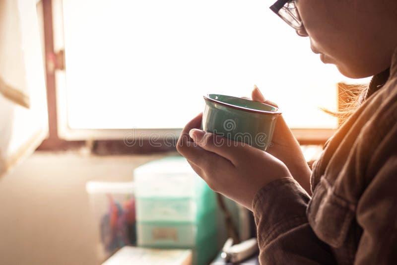Flickan rymde ett kaffe på arbete royaltyfria foton