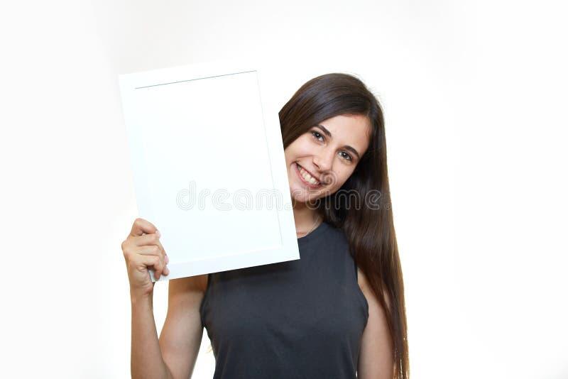Flickan rymmer en affisch Vit bakgrund sinnesrörelser arkivbilder