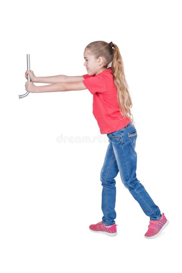 Flickan rymmer en bilskiftnyckel royaltyfri fotografi