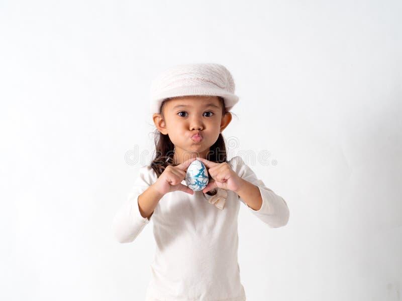 flickan rymmer ett påskägg arkivbilder