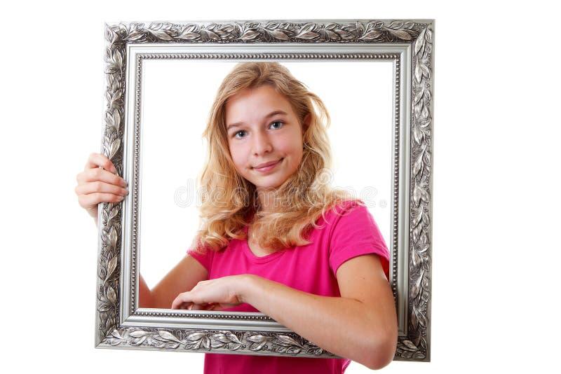 Flickan rymmer ramen royaltyfri fotografi
