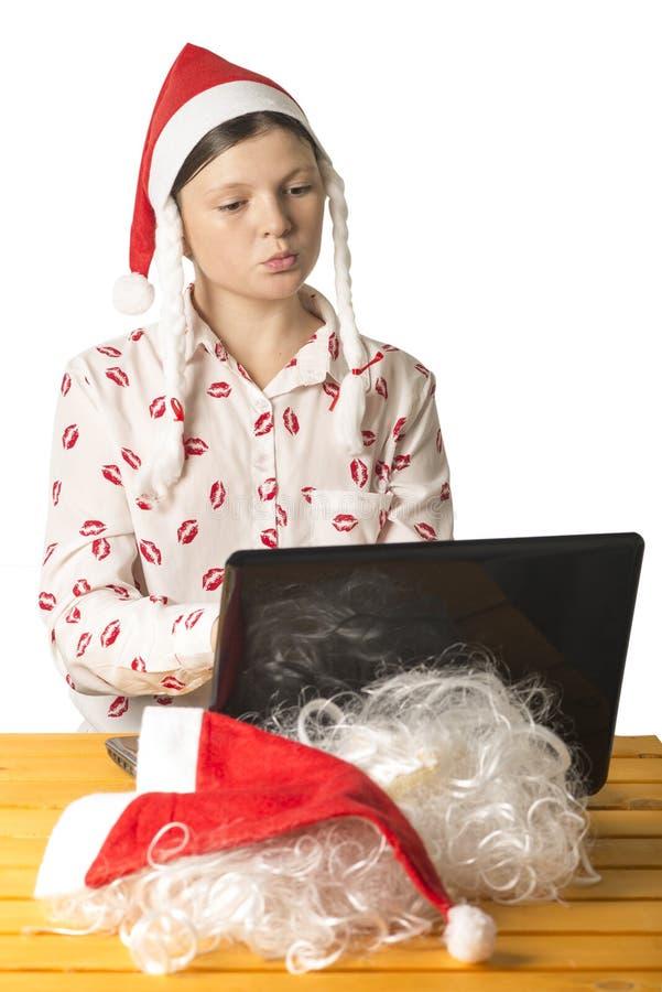 Flickan söker efter information på datoren på det inter- royaltyfria bilder