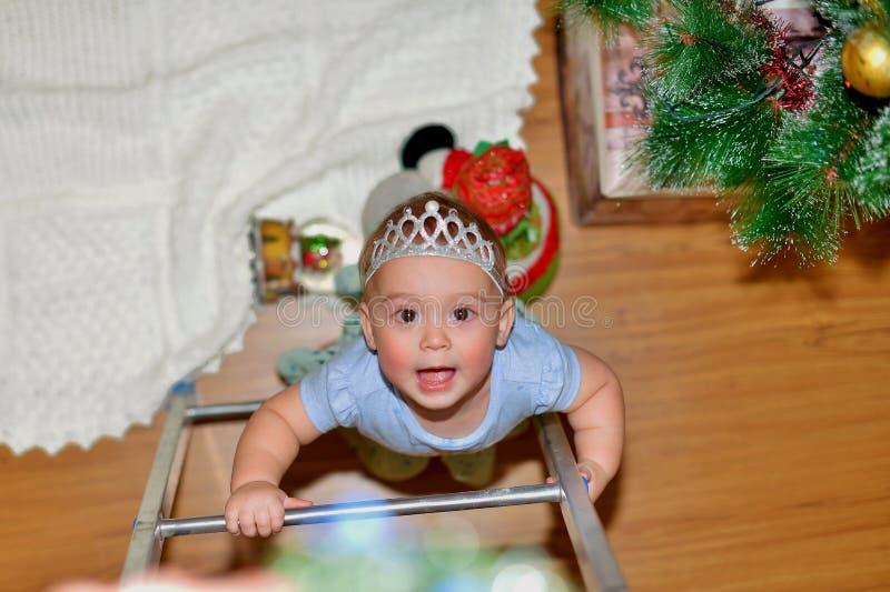 Flickan ser i överraskning i förberedelsen för den kommande ferien royaltyfri fotografi