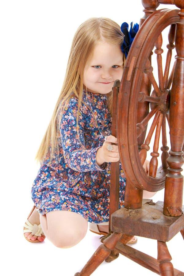 Flickan ser snurrhjulet royaltyfri foto