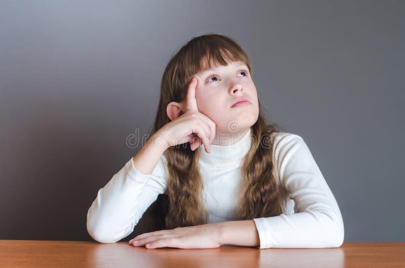 Flickan ser upp och tänker fotografering för bildbyråer