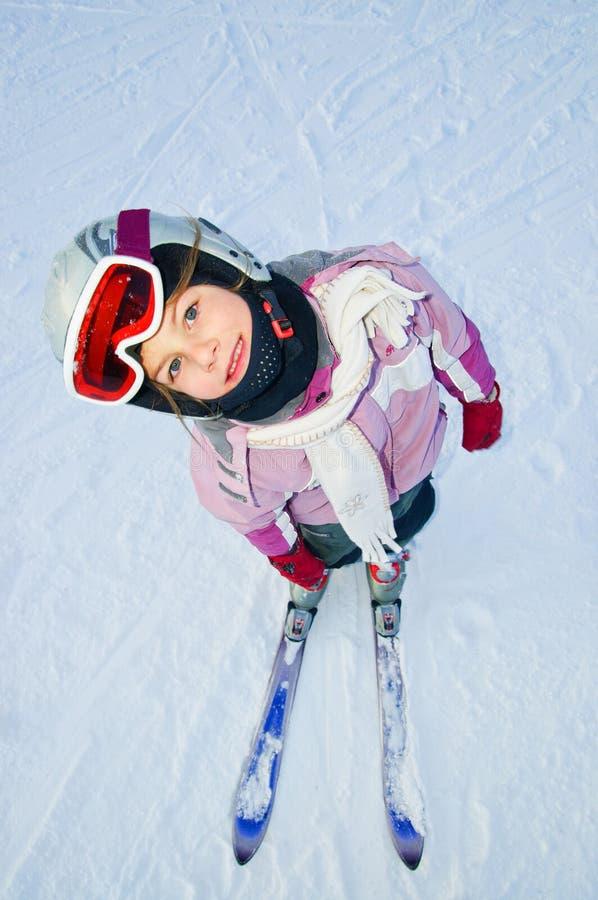 flickan skidar arkivbild