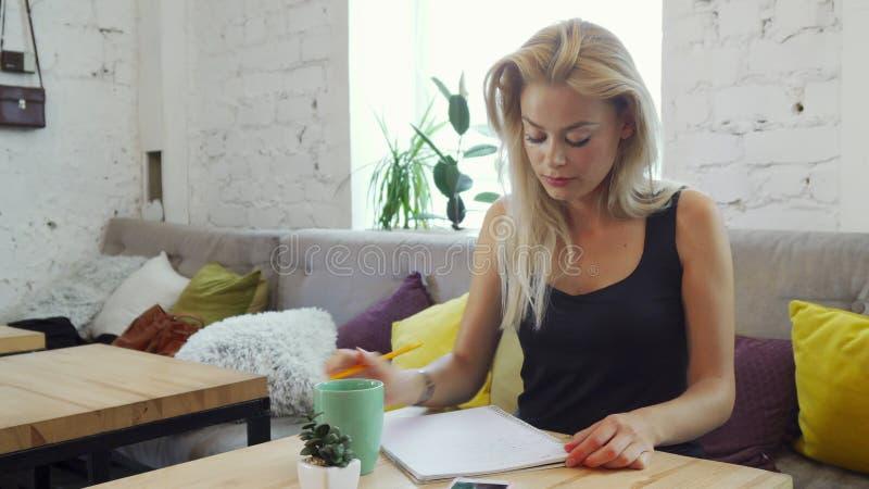 Flickan skrivar ett brev royaltyfria bilder
