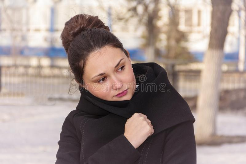 Flickan slås in i ett lag arkivbilder