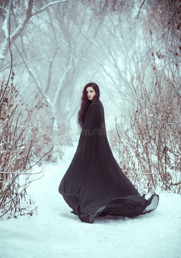 Flickan som en demon går bara royaltyfria bilder