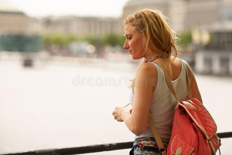 Flickan som en turist till staden turnerar i Hamburg royaltyfri bild
