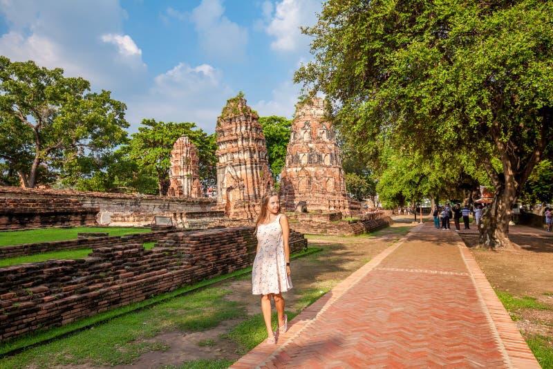 Flickan som går bland forntida, fördärvar på Wat Mahathat i Ayutthaya arkivfoto