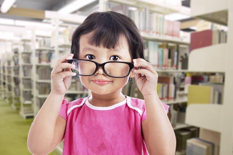 Flickan som ha på sig exponeringsglas skolar in royaltyfria bilder