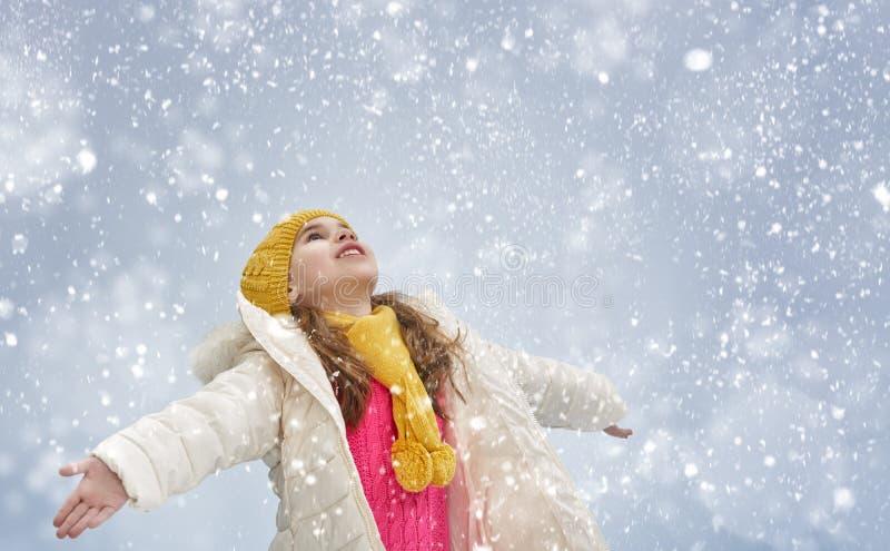 Flickan som plaing på vinter, går royaltyfria bilder