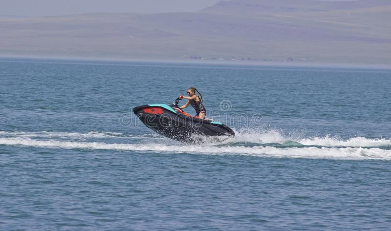 flickan som rider en stråle, skidar royaltyfria foton