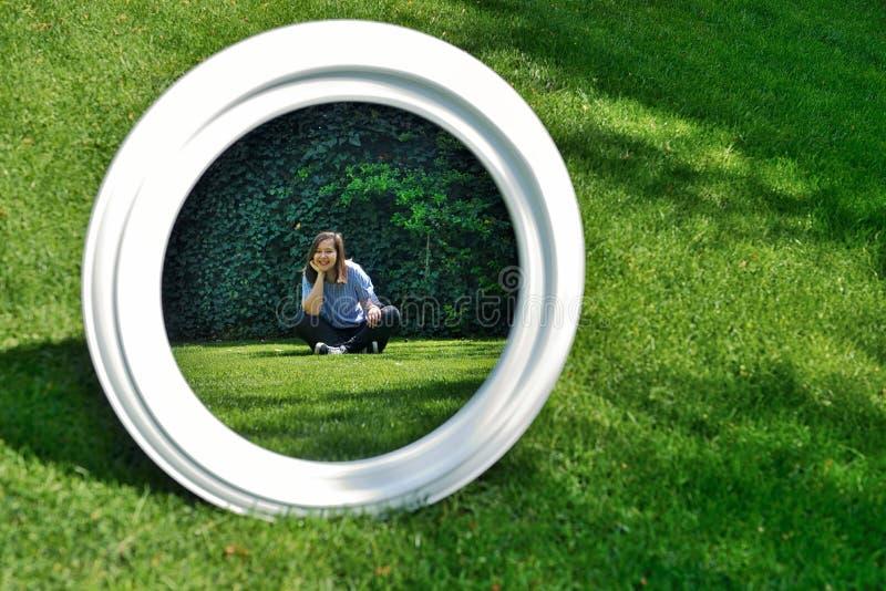 Flickan som in ser, avspeglar royaltyfri bild