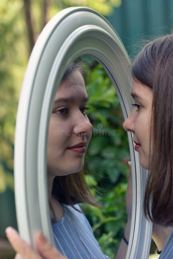 Flickan som in ser, avspeglar fotografering för bildbyråer