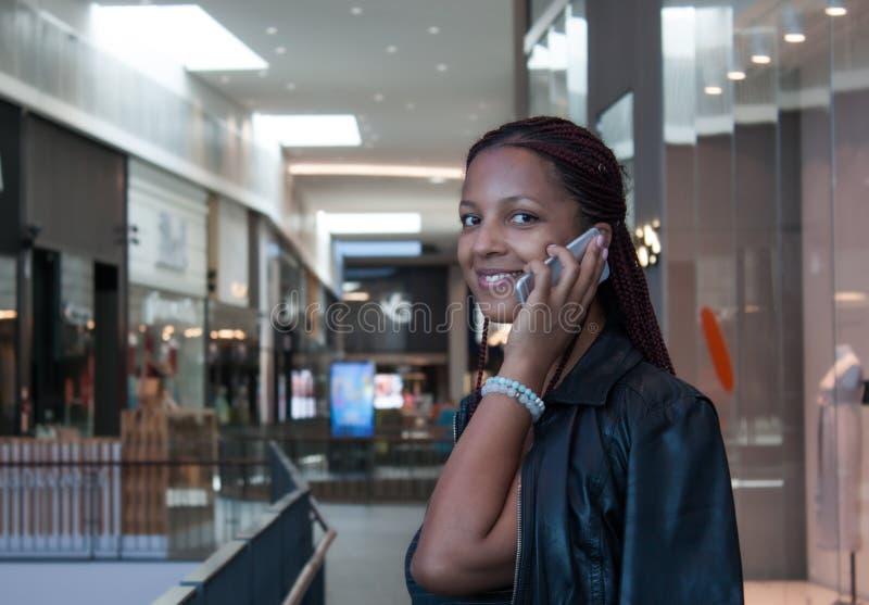 Flickan som talar p?, ringer royaltyfri foto