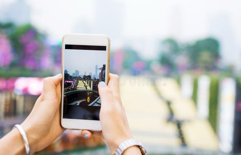 Flickan som tar bilden med den moderna smarta telefonen av Guangzhou, environ arkivbild