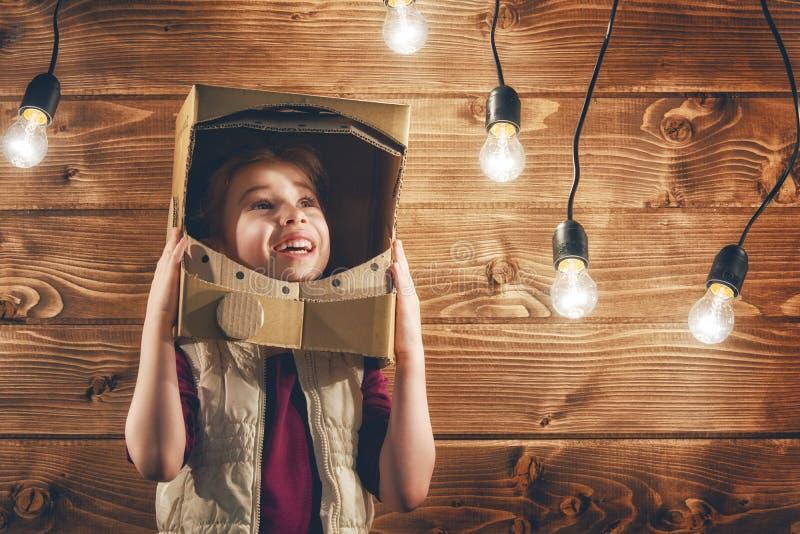 Flickan spelar astronautet arkivbilder
