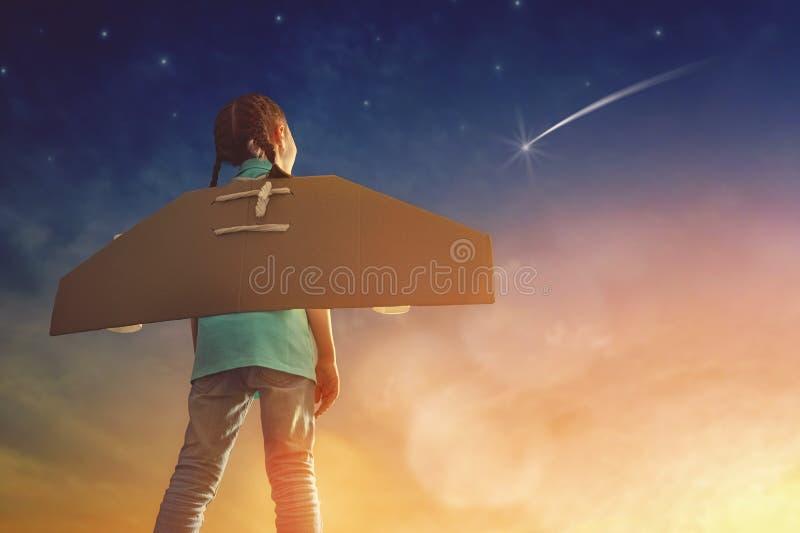 Flickan spelar astronautet royaltyfri bild