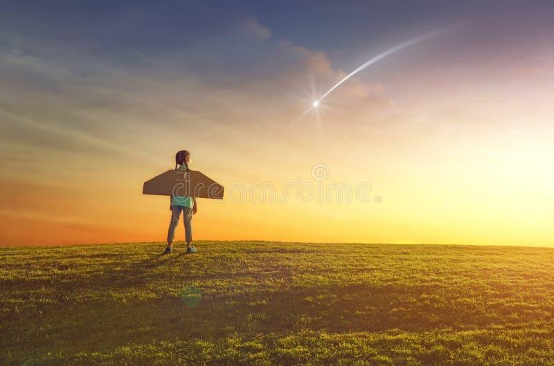 Flickan spelar astronautet royaltyfri foto