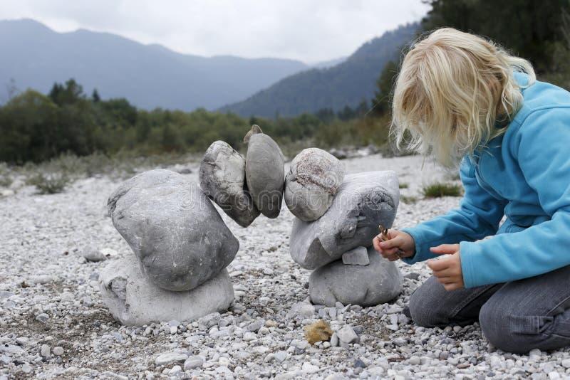 Flickan spelar i natur royaltyfri bild