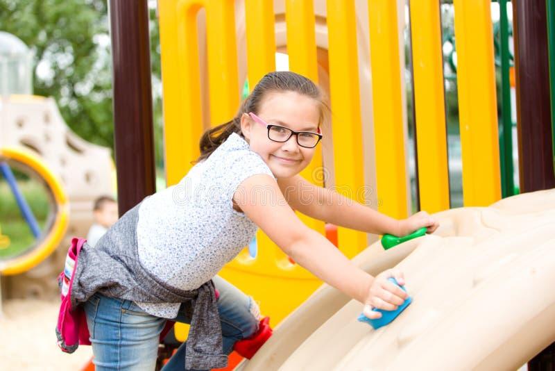 Flickan spelar på lekplats fotografering för bildbyråer